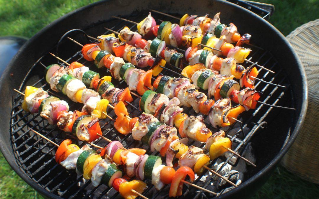 Chloé met le barbecue sur le grill!