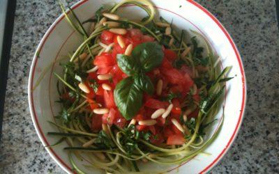 Spaghettis aux courgettes, tomates, pignons